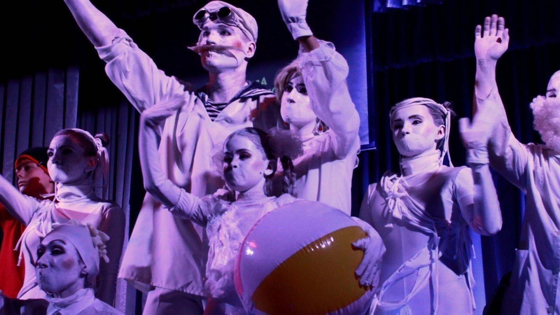 Театр «За белой стеной»: благотворительный перформанс без слов